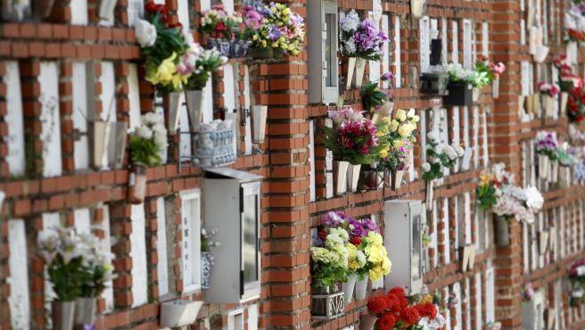 Las flores decoran las lápidas de muchos nichos en el cementerio de la Almudena, en Madrid, uno de los camposantos donde han sido enterrados los muertos por coronavirus.