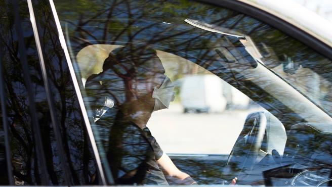 Griezmann llega a la ciudad deportiva del Barcelona con mascarilla.