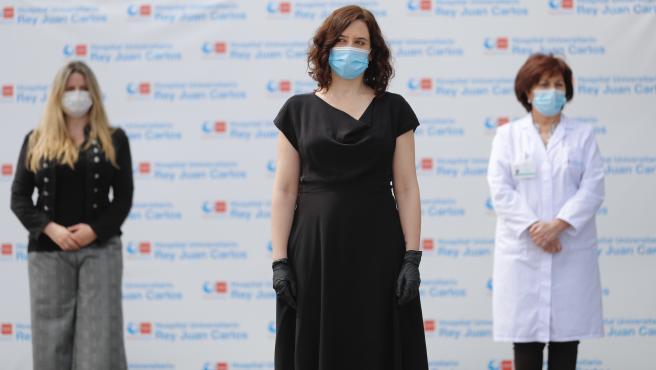 Isabel Díaz Ayuso, este miércoles, guardando un minuto de silencio en el hospital de Mostóles.