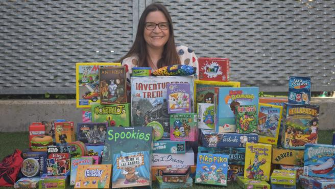 La profesora Yoly Pérez, con decenas de juegos de mesa.