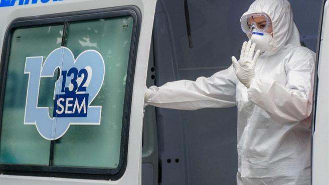 Una trabajadora sanitaria con mascarilla por la pandemia del coronavirus, en Santa Tecla, El Salvador.
