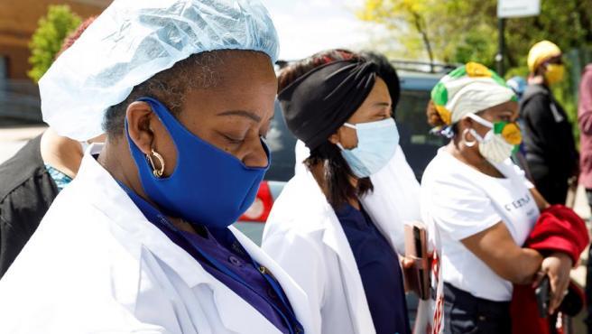 Enfermeras frente al correccional de Rikers Island, en Nueva York, guardan un minuto de silencio por la muerte de un enfermero por COVID-19, en un acto de protesta por las condiciones laborales de los trabajadores sanitarios en la prisión.
