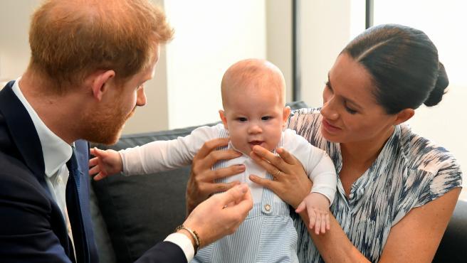 El príncipe Harry y Meghan Markle juegan con su hijo Archie.