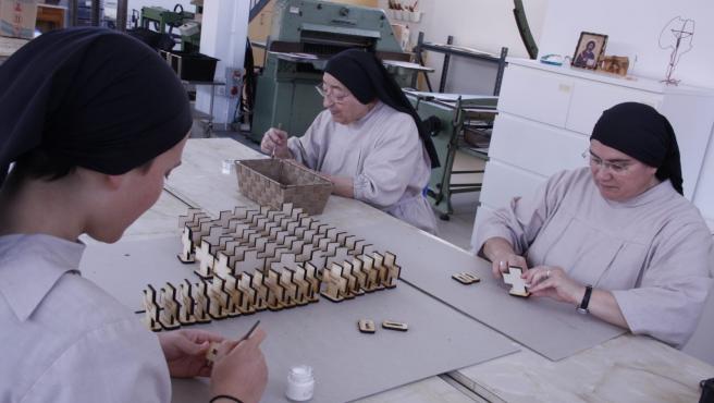 Las Hermanas Pobres de Algezares elaboran una cruz para marcar la distancia de seguridad en los templos