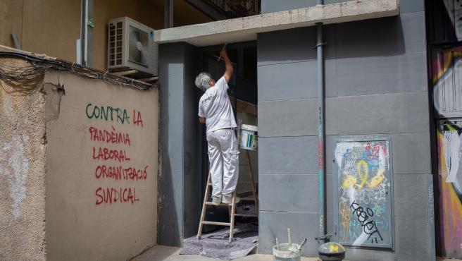 Un obrero trabaja en la construcción de una vivienda durante la fase 0 de la desescalada. En Barcelona, Cataluña, (España), a 5 de mayo de 2020.