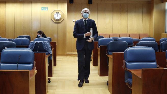 El consejero de Sanidad de Madrid, Enrique Ruiz Escudero, llegando a la comisión de este viernes en la Asamblea regional.