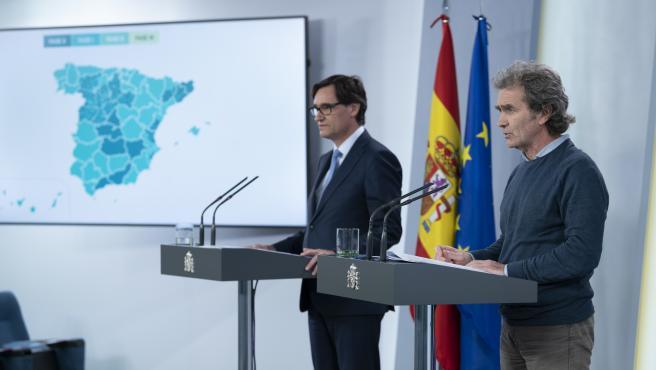 El ministro Salvador Illa y Fernando Simón, explicando qué provincias pasan a la fase 1 de la desescalada.