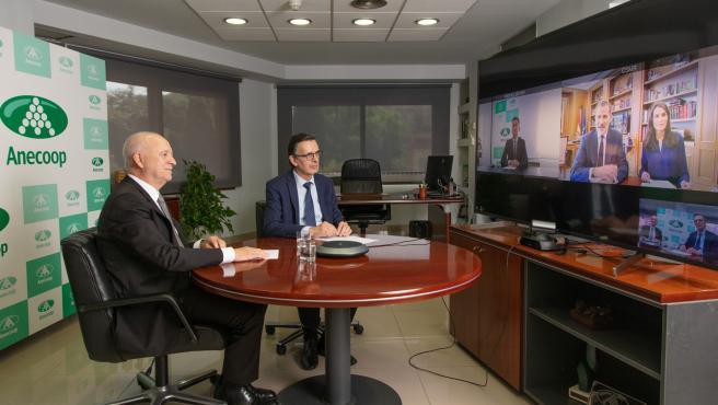 Sus Majestades los Reyes han mantenido esta mañana una videoconferencia con representantes de Anecoop,