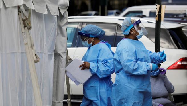 Profesionales sanitarios realizan test de coronavirus en el exterior de una clínica de Nueva York.
