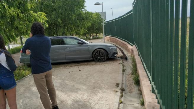 El coche estampado contra el perímetro del parque de Valdebebas.