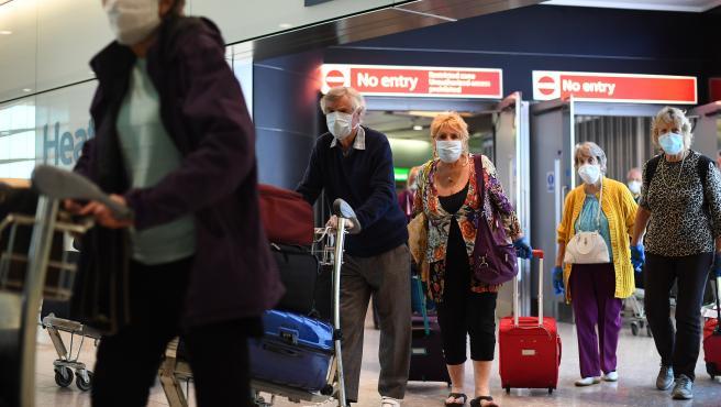 Varios turistas en el aeropuerto de Heathrow, en Londres.