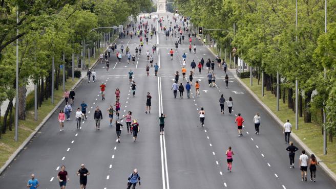 Vista del Paseo de la Castellana, entre la calle Goya y la Plaza de Emilio Castelar, que se ha peatonalizado ara facilitar los paseos y la práctica de deporte durante la desescalada.