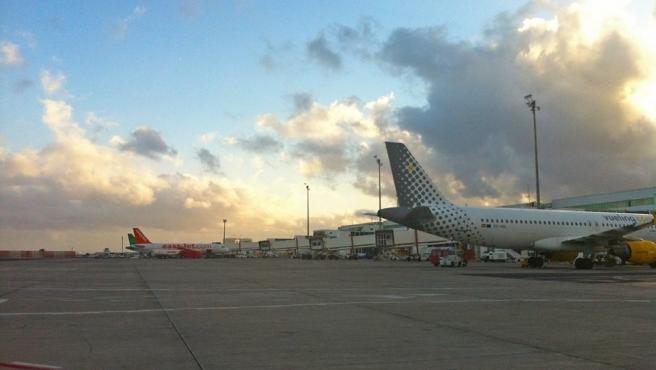 Imagen de archivo de aviones en un aeropuerto.