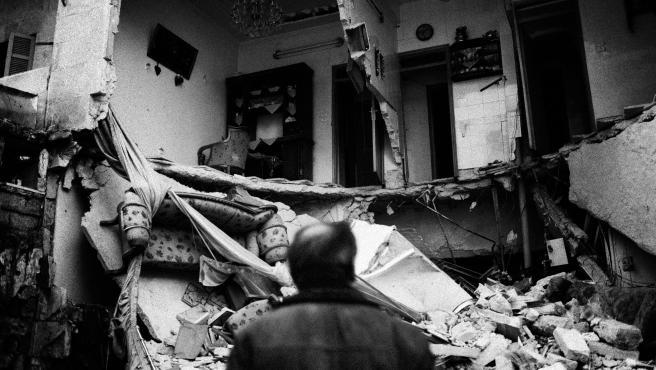Un hombre observa su casa destruida en el barrio de Aleppo (Siria) en enero de 2013.