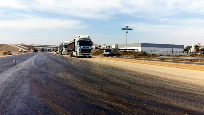 Camiones en la carretera en obras que une Vera y Garrucha