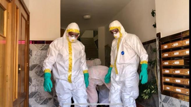 Dos efectivos del Consorcio Provincial de Bomberos de Málaga realizan labores de desinfección por la pandemia del COVID-19