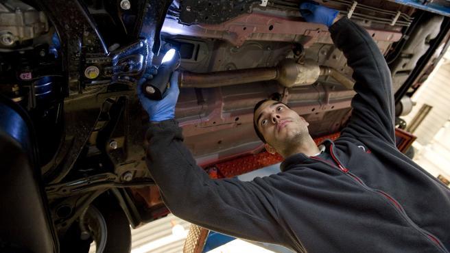 Mecánico en taller vehículos