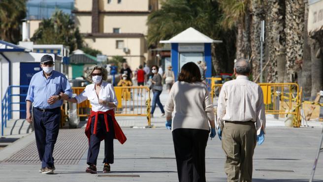 MLG 02-05-2020.-Personas mayores recorren el paseo marítimo de Málaga por la zona de La Malagueta en las horas asignadas a ellos, en el primer día de la Fase 0 del Estado de Alarma por el COVID-19.-ÁLEX ZEA.