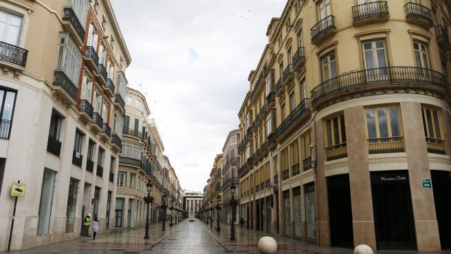 MLG 17-03-2020.-Imagen de la calle Larios, la más centrica de la capital y desde que el Gobierno de España decretó el Estado de Alarma se encuentra vacía a causa de la pandemia al brote del nuevo coronavirus (COVID-19).-ÁLEX ZEA.
