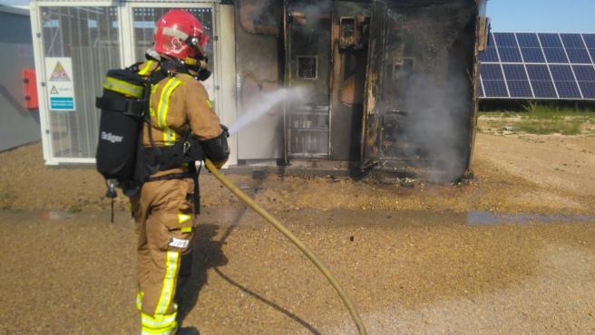 Un bombero apaga el fuego originado en una planta fotovoltaica en Totana (Murcia)