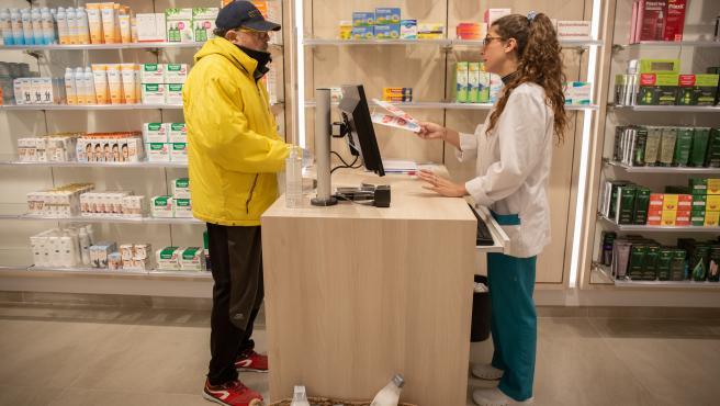 Un hombre acude a una farmacia de Barcelona a por una mascarilla; el día en el que la Generalitat comienza a repartir una primera tanda de 1,5 millones de mascarillas a la población, el 20 de abril de 2020.
