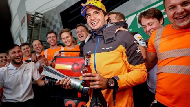 Carlos Sainz celebra su primer podio en la F1.