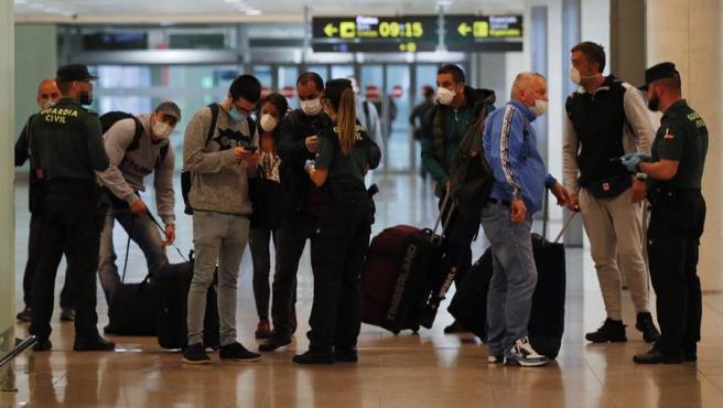 Viajeros procedentes de Amsterdam a su llegada al aeropuerto de El Prat.