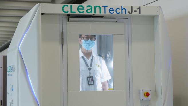 La cámara CleanTech J-1 desinfecta el cuerpo y ropa al completo en 40 segundos.