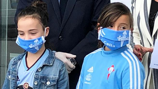 Unas niñas con mascarillas del Celta de Vigo.