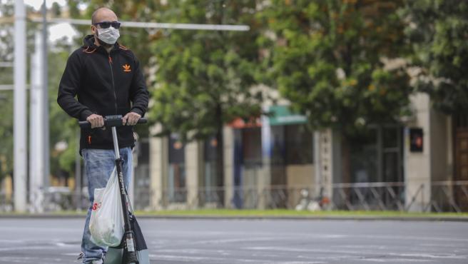 Un hombre circula en patinete eléctrico en Sevilla