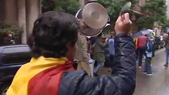 Momento de la cacerolada en el barrio de Salamanca.