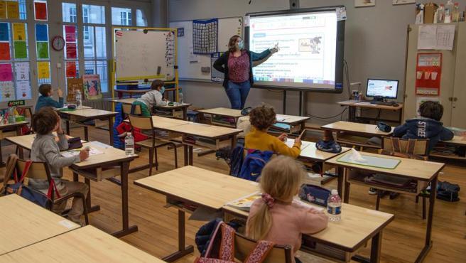 Una clase de primaria en un colegio de Burdeos (Francia), con un número de alumnos reducido por la pandemia de coronavirus.