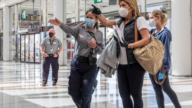 Agentes de seguridad piden las tarjetas de embarque en el Aeropuerto de Palma.