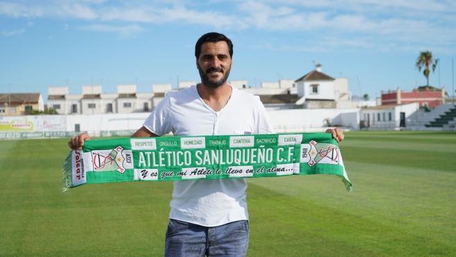Dani Güiza, con una bufanda del Atlético Sanluqueño.