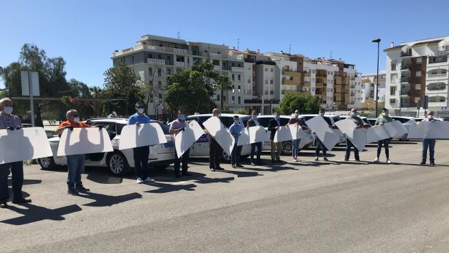 Taxistas de Vélez-Málaga con las mamparas que instalará el Ayuntamiento en los vehículos ante el COVID-19