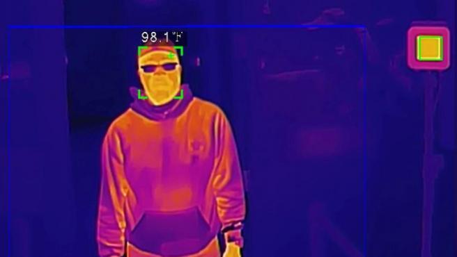 Una cámara térmica toma la temperatura de un hombre durante una demostración.
