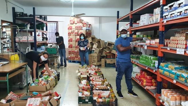 Labores de preparación en un centro de distribución de alimentos de Cáritas Mallorca.