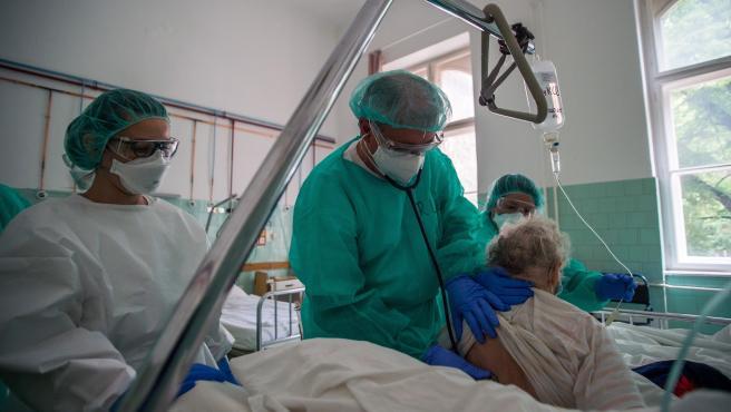 Un médico examina a una paciente con coronavirus en Hungría.