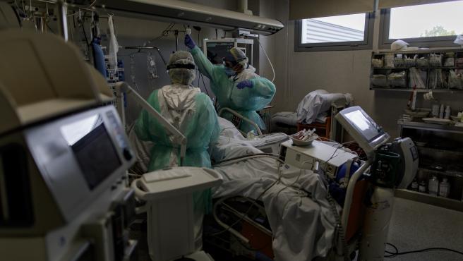Sanitarios atienden a un paciente ingresado en la UCI del Hospital Infanta Sofía en Madrid.