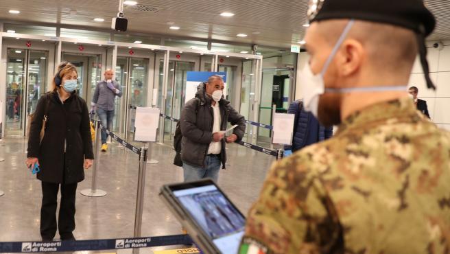 Imagen de un control en el aeropuerto de Roma.