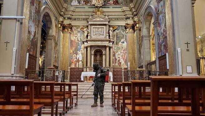 Un soldado desinfecta el interior de la Parroquia de Sant Vicenç de Sarria en Barcelona.