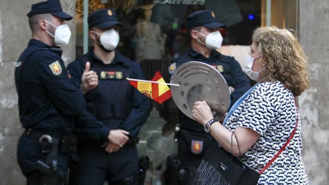 Una mujer protesta en Madrid contra la gestión del Gobierno por la pandemia del coronavirus.