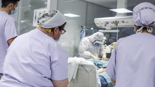 Personal sanitario atiende a un paciente con coronavirus.