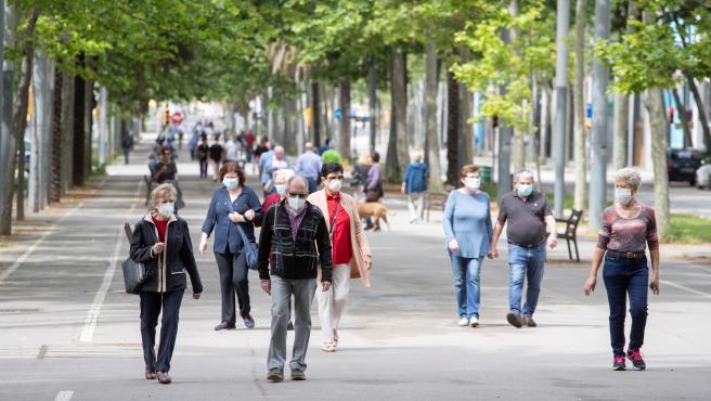 Varias personas pasean por el barrio de Poblenou este 17 de mayo.