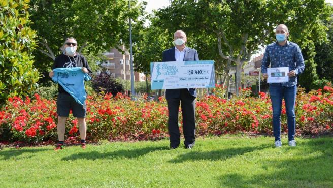 El alcalde de Reus, Carles Pellicer, muestra la recaudación de la VIII Carrera de la Mujer de Reus (Tarragona) recauda 18.000 euros contra el cáncer