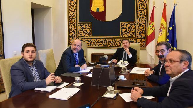 El presidente regional, Emiliano García-Page, durante la videoconferencia con Pedro Sánchez y el resto de presidentes de comunidades autónomas