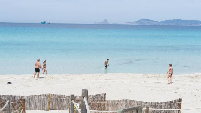 Varias personas en la playa de Ses Illetes, en Formentera (Baleares).