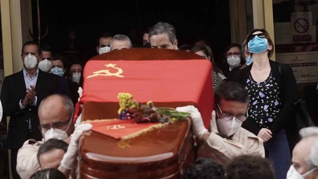 Varias personas trasladan el féretro de Julio Anguita.