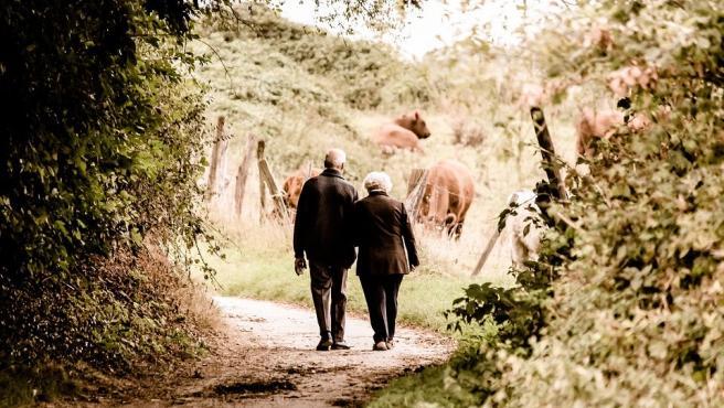 Personas mayores paseando