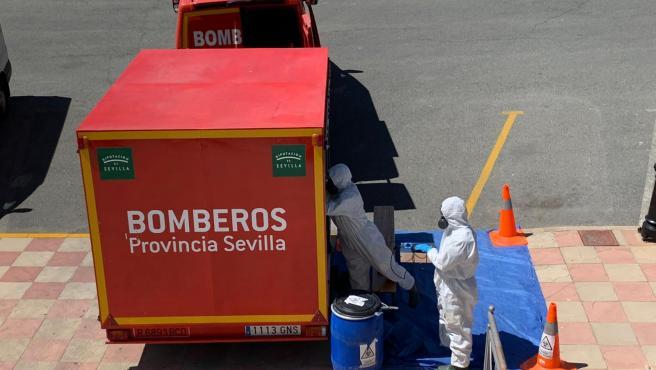 Bomberos del Sistema Provincial de Sevilla desinfectan residencias y espacios públicos en diversas localidades.